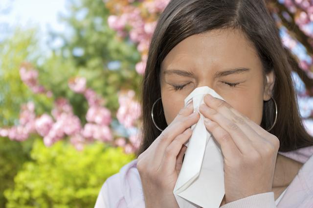 Woman-sneezing-pollen-allergies